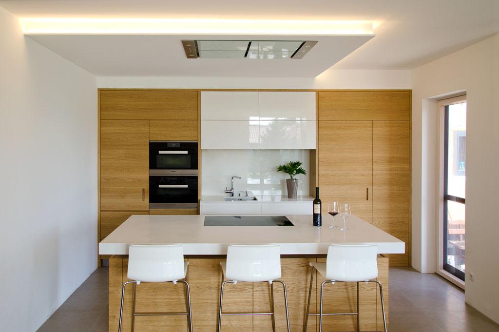 Küche: Vitana in Eiche und in weiß Hochglanz lackiert